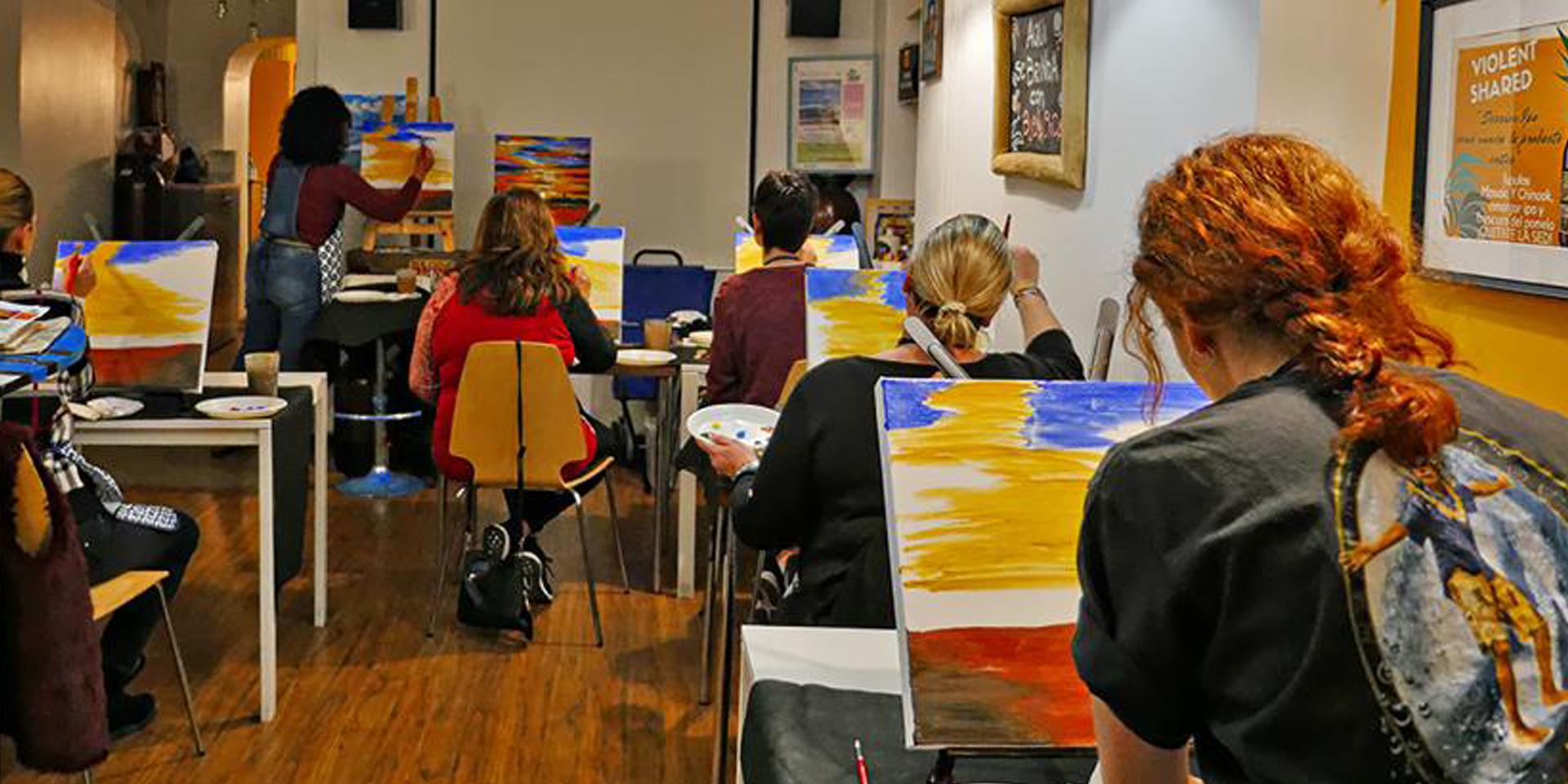 Chilling Out en clase de pintura con amigas de Efecto Pincel